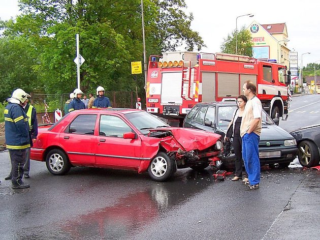 K nebezpečným chebským úsekům patří Pražská ulice, kde se stala i tato nehoda tří osobních automobilů