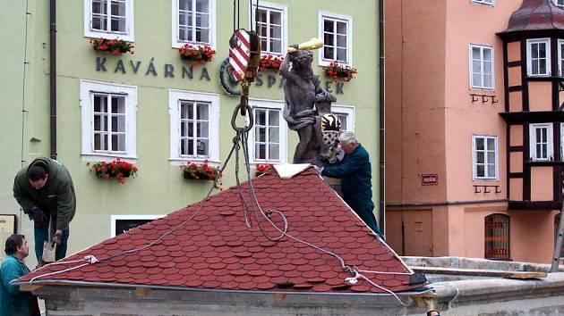 Montáž stříšky na jednu z chebských kašen