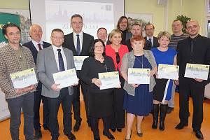Zástupci měst a obcí Karlovarského kraje převzali ceny pro vítěze jednotlivých kategorií v krajském kole soutěže Zlatý erb 2019.
