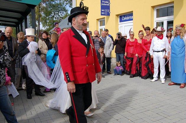 Lidé z Lázní Kynžvartu protestovali kvůli tomu, že v Lázních Kynžvartu nestaví rychlíky.