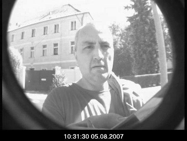 Policie žádá veřejnost o pomoc při odhalení totožnosti muže, který byl zachycen kamerou bankomatu při výběru finanční hotovosti.