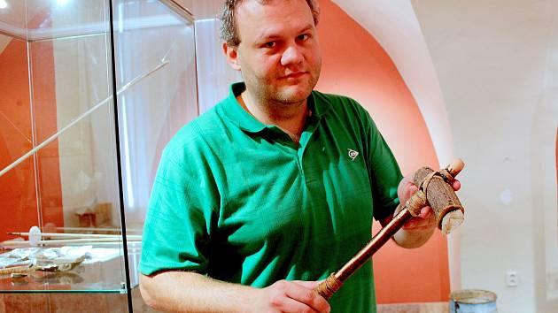 Jak vypadalo Chebsko v pravěku? Které nástroje tehdy lidé používali? Nejen na to odpoví nová exkluzivní výstava Muzea Cheb s názvem Poohří za časů lovců a sběračů.