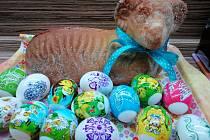 Tradice ctí i v době koronavirové. Za vyšupání vlastnoručně upletenou pomlázkou dostal Ráďa od své sestry Elišky malované vajíčko. Foto: Šárka Soukupová
