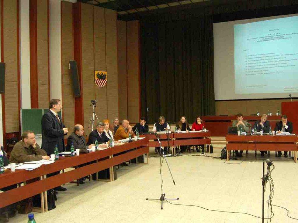 Mimořádné zasedání chebských zastupitelů se konalo v aule ekonomické fakulty