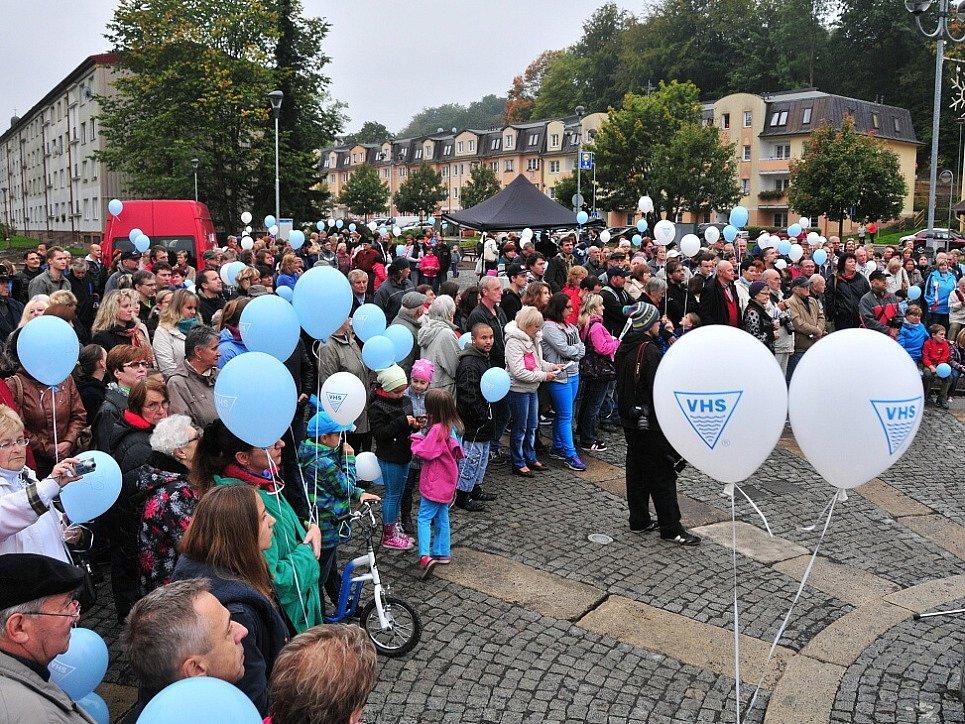 Šest let trvalo, než se lidé z Aše dočkali toho, že se budou moci projít opraveným Goethovým náměstím.