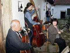 Tomáš Macek (uprostřed) z Polsner Jazz Bandu si vloni zabasoval jedno písničku se Standou Chmelíkem a Jitkou Vrbovou.