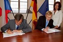 SLAVNOSTNÍ PODPIS DOHODY. Dohodu o zřízení válečných hrobů na městském hřbitově v Chebu podepsali předseda německého Lidového spolku pro péči o válečné hroby  Reinhard  Führer  (vlevo) a chebský starosta Jan Svoboda.