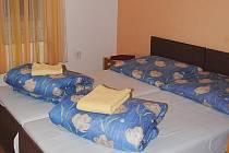 JEDEN z pokojů ašského hotelu Lev. Po výměně personálu už si klienti na čistotu nestěžují.