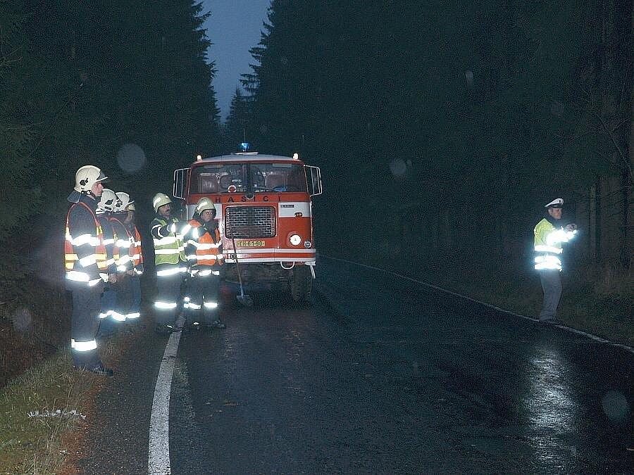 PŘEVRÁCENÝ KAMION u Hranic plný kamení vyprošťovali hasiči celé odpoledne.