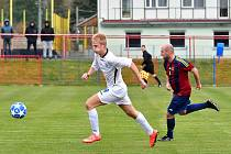 Dominik Kubinec, (v bílém), útočník chebské Hvězdy, patří k obávaným kanonýrům. Potvrdí své kvality i v derby s chebským FC?