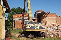 Bourání kulturního domu v Lipové.