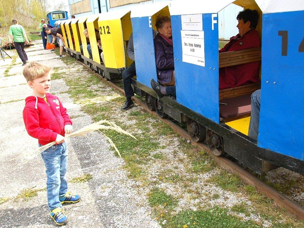 Povozit se v historických důlních vláčcích mohli děti i dospělí u přírodní rezervace Soos. Vláčky na úzkorozchodné trati se těšily zájmu především dětí. Po zimní přestávce zde začaly důlní vozy jezdit už pátou sezonu.