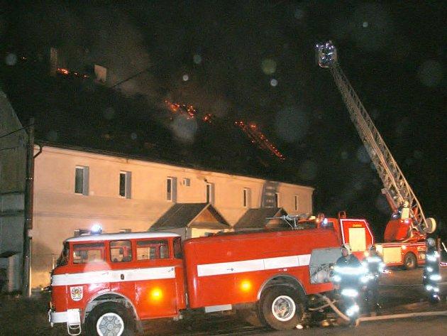 Požár střechy rodinného domu ve Velké Vsi u Františkových Lázní