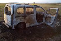 Auto shořelo na poli u Chebu, pořár se šířil i porostem