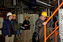 SLAVNOSTNÍ UVEDENÍ nového kotle na biomasu do provozu v Mariánských Lázních si nenechaly ujít desítky lidí. Ty si také prohlédly kotelnu a seznámily se s problematikou dodávky tepla.