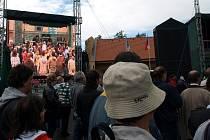 I přes občasný déšť se asi 2 500 lidí v sobotu přišlo podívat na ašský Vrch Háj. Konaly se zde totiž hned dvě zajímavé akce. Obě uspořádalo město Aš společně s německými partnery.
