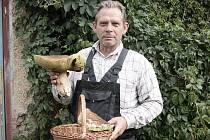 HŘIB s průměrem hlavy 29 centimetrů našel Přemysl Šperl ve Vernéřově. Úlovek byl naprosto zdravý a skončil na talíři v podobě řízků a houbové omáčky.