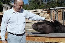 DOPORUČOVANÉ MÍSTO! Návštěvu nového zoo-koutku na františkolázeňské Americe si patřičně vychutnal také hejtman Karlovarského kraje Josef Novotný.
