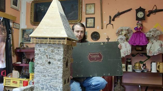 VELKÉ PŘÍPRAVY! Miroslav Strejc z Dolního Žandova tráví spoustu času nad svou  sbírkou, aby chystaná výstava dopadla podle jeho představ.