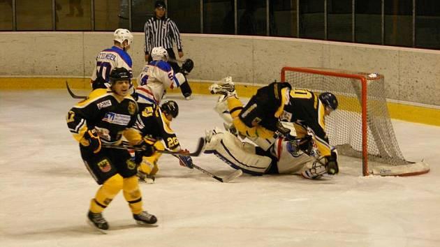 Hokejový duel přinesl řadu dramatických momentů.