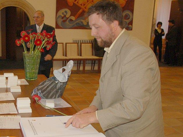 RAGBISTA Petr Budař získal za darování krve bronzovou medaili. I on zapsal své jméno do pamětní knihy dárců.