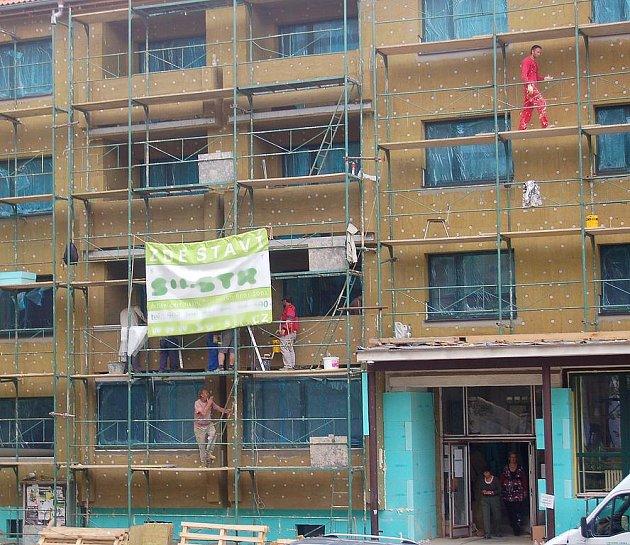 OPRAVA BUDOVY CHEBSKÉ INTEGROVANÉ střední školy potrvá do konce měsíce října. Buduje se tu zejména zateplení budovy a došlo k výměně oken.