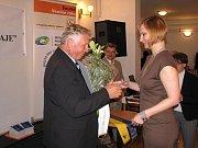 Zlatou stuhou a vítězstvím v krajském kole celostátní soutěže Vesnice roku 2011 se může pyšnit obec Vintířov. Včera byla navíc středem pozornosti, když hostila slavnostní vyhlášení výsledků.