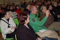 DISKUTUJÍCÍ se při schůzce věnované problematice stravování nejmenších ve Františkových Lázních způsobně hlásili o slovo.