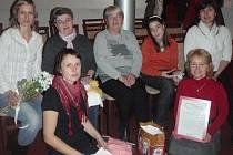 PLETAŘKY z Chebska spolu s ředitelkou Dobrovolnického centra Cheb Evou Kolafovou (vpravo).