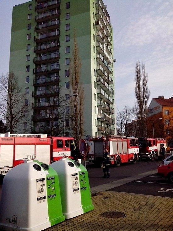 Pět hasičských jednotek v chebské ulici Palackého znepokojilo občany.