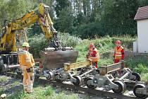 PRÁCE NA POSLEDNÍ ČÁSTI třetího tranzitního koridoru na trati Cheb Cheb státní hranice jsou v plném proudu. Stavebníci právě nyní připravují okolí kolem trati pro novou etapu.