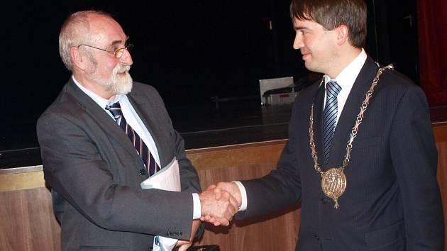 Dosavadní starosta Pavel Vanoušek (ČSSD) předal funkci Petru Navrátilovi.