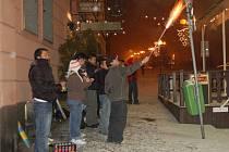 RACHEJTLE BUDOU LIDÉ ASI OPĚT odpalovat na chebském náměstí Krále Jiřího z Poděbrad. A to i přes zákaz.   Městská vyhláška na něm rachejtle už druhým rokem nepovoluje.