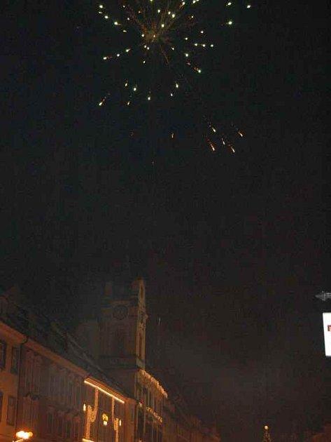 I přes zákaz létaly na náměstí Krále Jiřího v Chebu rachejtle
