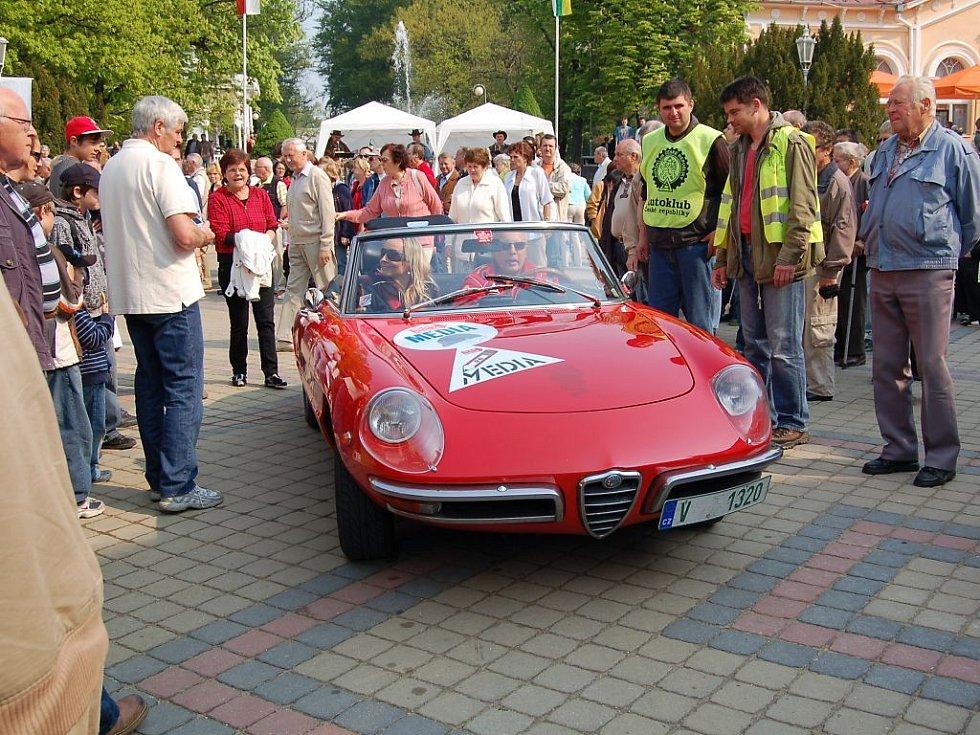 Davy lidí přišly užít si XI. ročník Mezinárodní soutěže elegance historických vozidel, kterou uspořádaly společně Veteran Car Club (VCC) Cheb a město Františkovy Lázně.