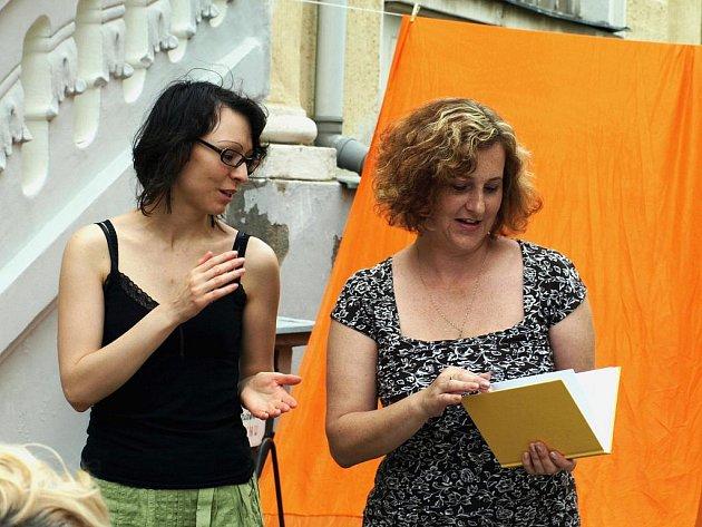 Festival Chebské dvorky, jehož mediálním partnerem je Deník, včera začal. Do soboty příznivci zhlédnou či uslyší tvorbu přibližně 150ti umělců z domova i zahraničí.