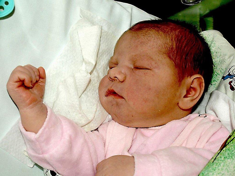 JENIFER TURKOVÁ se narodila v pondělí 24. ledna v 1.45 hodin. Při narození vážila 4500 gramů a měřila 53 centimetrů. Bráškové Nikolas s Denisem, maminka Markéta a celá rodina se těší z malé Jenifer doma v Chebu.