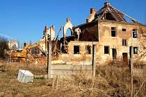 Staré objekty kasáren v Mariánských Lázních - Hamrníkách musela nechat radnice zlikvidovat kvůli havarijnímu stavtu v březnu roku 2007.