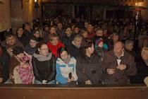 Obec Nový Kostel na Chebsku opět zasáhlo zemětřesení. Tentokrát se však jednalo o zemětřesení hudební. V kostele Povýšení svatého Kříže se totiž posluchačům představili zpěváci Míša Nosková, Honza Kříž a Tomáš Kostka.