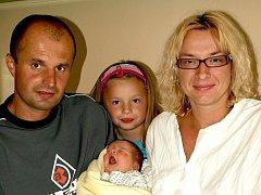 TEREZIE OPLTOVÁ se poprvé rozkřičela v neděli 8. srpna v 16.30 hodin. Na svět přišla s krásnou váhou 4220 gramů a mírou 51 centimetrů. Doma ve Skalné se z malé Terezky těší sestřička Monička, maminka Lenka a tatínek Martin.