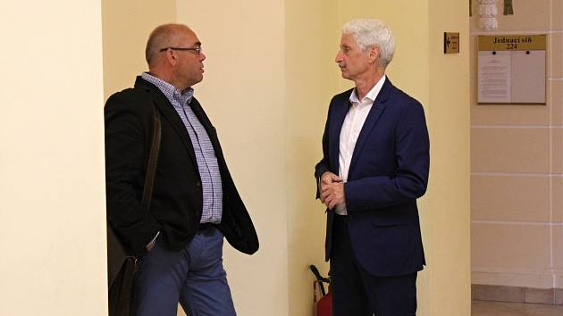 Ašský radní Jiří Červenka a starosta města Aše Dalibor Blažek u chebského okresního soudu.