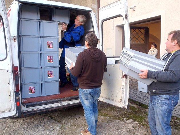 VOLEBNÍ MÍSTNOSTI se otevřou až zítra, v Chebu už jsou ale na voliče připravení. Už ve středu rozvezli pracovníci organizačního odboru chebského městského úřadu plenty a volební urny na jejich místa.