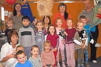 LOUTKOVÉ DIVADLO ŠPALÍČEK zajíždí mezi školkové děti s pohádkou Míček Flíček (na snímku). O zábavu nejmenších se starají Gábina Dostálová (vlevo nahoře), Ingrid Hodinová (nahoře uprostřed), Libor Kadlčák a Jana Kaslová.