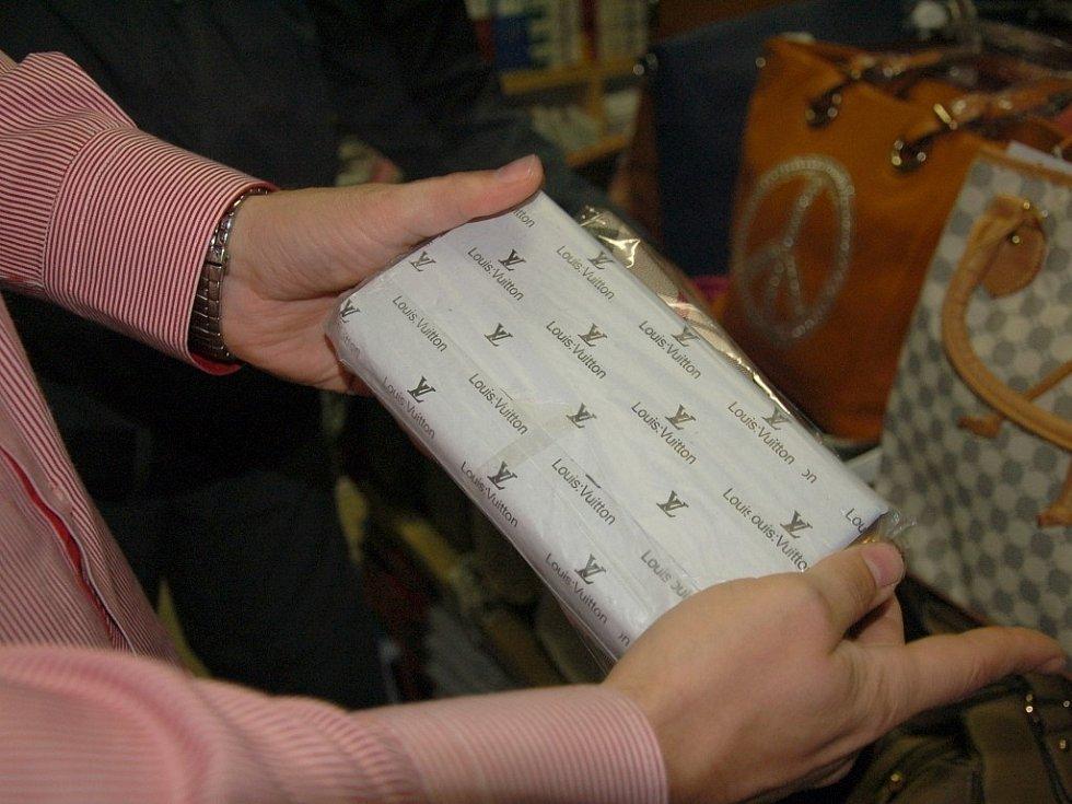 ČESKÁ OBCHODNÍ INSPEKCE si posvítila na chebskou tržnici Dragoun. A byla úspěšná. Ve skladech našla padělky oblečení, kabelek či peněženek.