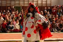 Součástí Ekologického dne v 6. základní škole v Chebu byla i módní přehlídka. Školáci všechny modely vyrobili z odpadových materiálů.