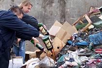 Likvidace nelegálního alkoholu vylitím do skládky komunálního odpadu. Ilustrační foto