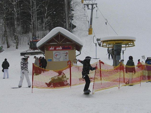 POŘÁDÁNÍ Evropského poháru v paralelním snowboardingu v Mariánských Lázních lyžaře nijak neomezí.
