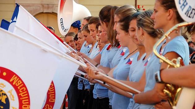 Chebský Mládežnický dechový orchestr a mažoretky se vrátily se stříbrnými medailemi z mistrovství světa pochodových hudeb.
