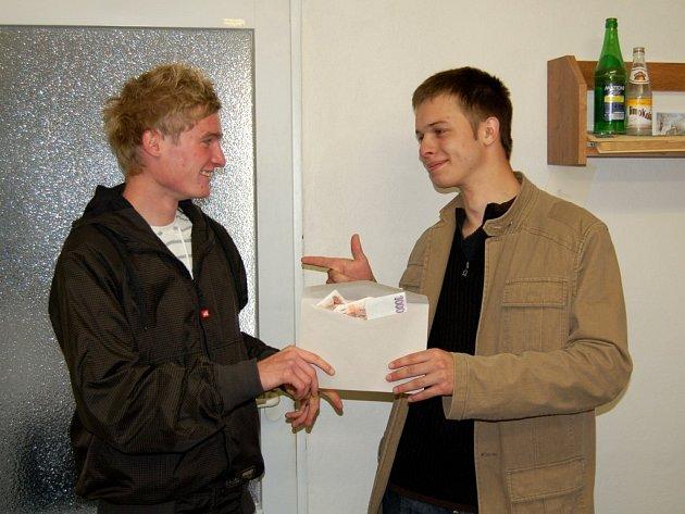 Zástupci vítězné třídy David Romanec a Tomáš Kreitl (zleva) převzali v redakci Chebského deníku cenu za vítězství v soutěži O nejhezčí tablo