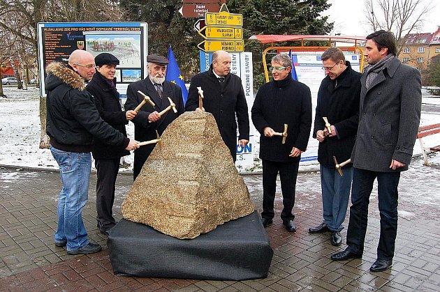 POKLEPÁNÍM NA ZÁKLADNÍ KÁMEN zahájili zástupci města Chebu, Karlovarského kraje a stavebních firem rekonstrukci chebského autobusového nádraží na moderní dopravní terminál.